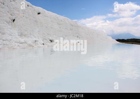 Une vue sur le travertin de côté, le plus célèbre attraction touristique de la Turquie, des dépôts de calcium blanc Banque D'Images