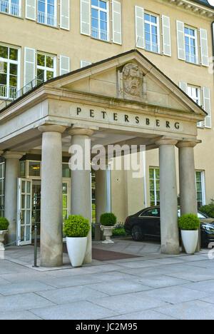 PETERSBERG, ALLEMAGNE - 01.06.2014: Entrée de l'hôtel le Juin 01, 2014 à Petersberg, Allemagne. Hôtel Petersberg Banque D'Images