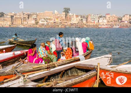 Les pèlerins sur un bateau à rames sont à l'origine pour des excursions sur le fleuve saint Ganges, panorama de ghat dashashwamedh, main Ghat, dans la distance