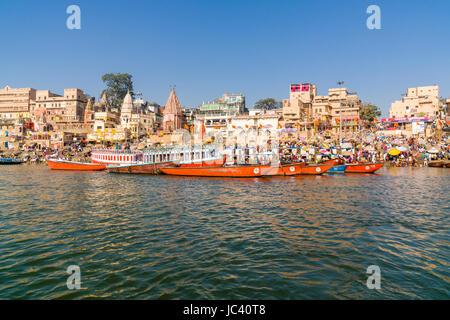 Vue sur le fleuve saint Ganges sur Ghat Dashashwamedh, Main Ghat, dans la banlieue Godowlia Banque D'Images