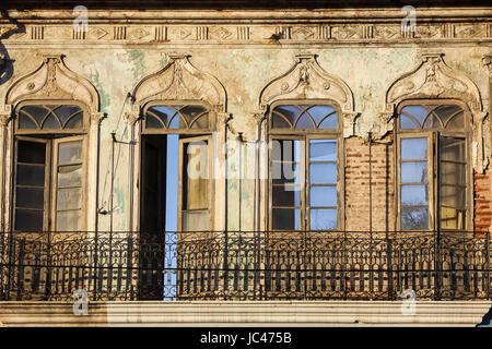 Avis de windows dans une façade de maison à Cachoeira, une ville coloniale à Bahia, Brésil Banque D'Images