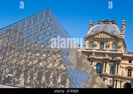 Pyramide du Louvre, Paris, France