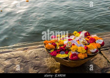 Deepaks, peu d'offres de natation avec des fleurs et des bougies sont vendues à la sainte gange à dashashwamedh Banque D'Images
