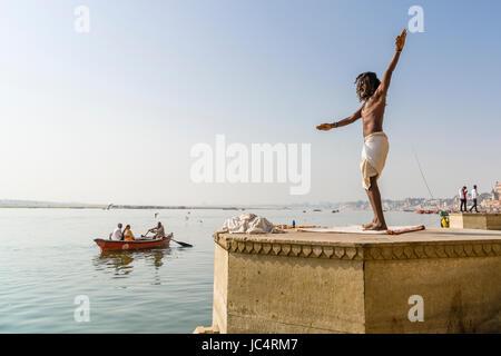 Un sadhu, saint homme, est la danse sur une plate-forme à la sainte gange à meer ghat à la banlieue, godowlia Banque D'Images