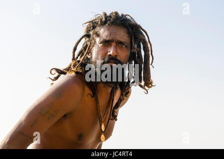 Portrait d'un sadhu, saint homme, sur une plate-forme à la sainte gange à meer ghat à la banlieue, godowlia Banque D'Images