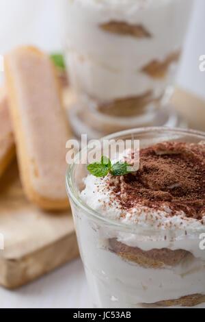 Tiramisu maison, dessert italien traditionnel dans les verres Banque D'Images