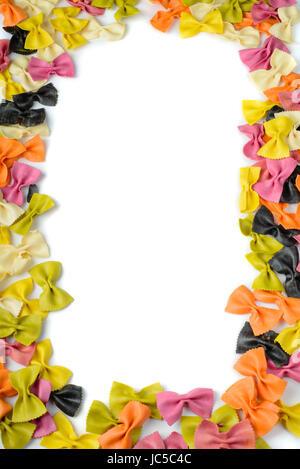 Frane de pâtes farfalles multicolores, isolated on white Banque D'Images