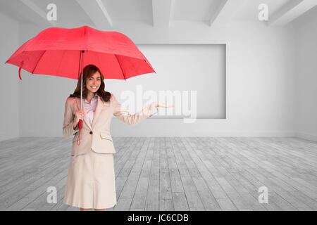 Libre de brunette businesswoman holding umbrella Banque D'Images