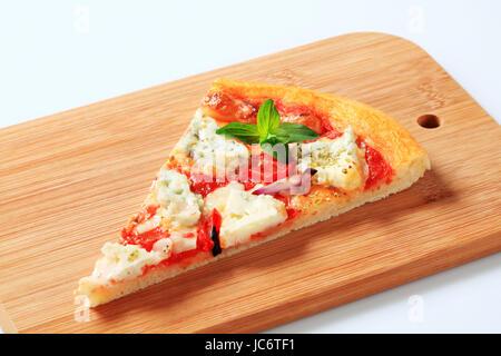 Tranche de pizza quattro formaggi Banque D'Images