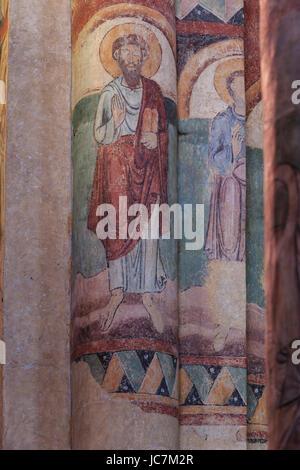 La France, l'Allier (43), Brioude, la basilique Saint-Julien de Brioude, piliers de la nef et fresque // France, Haute Loire, Brioude, Basilique de Sai
