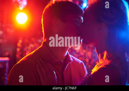Couple amoureux en dansant dans le club de nuit Banque D'Images