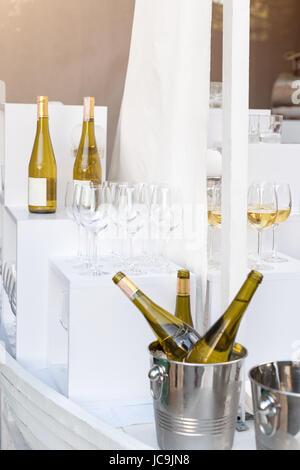 Bouteilles de vin blanc sur la table de service permanent. Partie en plein air, service traiteur. Banque D'Images