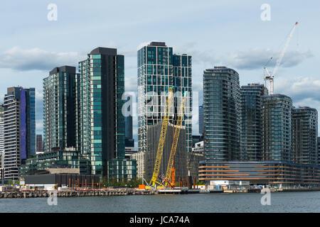 Les bâtiments modernes qui se développent dans la ville de Melbourne. Vu du fleuve Yarra revenant de Williamstown. Victoria. L'Australie.
