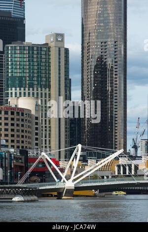 Le pont de mer, une passerelle moderne acorss le Fleuve Yarra, Melbourne, Australie.