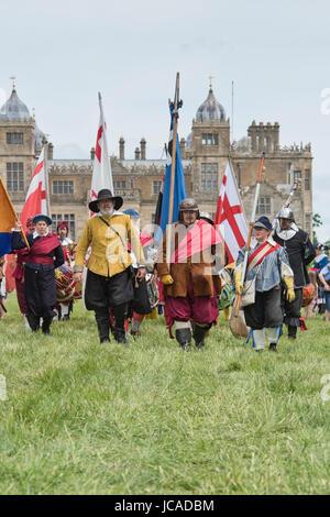 Guerre civile anglaise drapeaux et tambours au un Hogan-vexel English Civil war reenactment événement. Charlton Banque D'Images