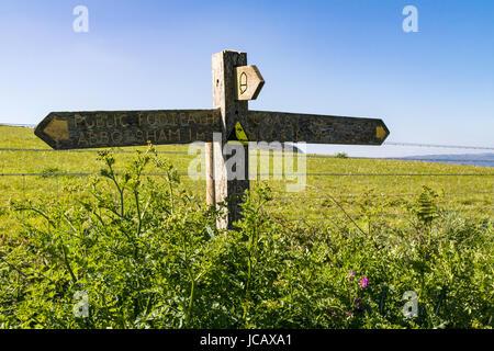 Panneau en bois à Abbotsham et Bucks Mills sur le South West Coast Path, Greencliff Devon, Royaume-Uni. Banque D'Images