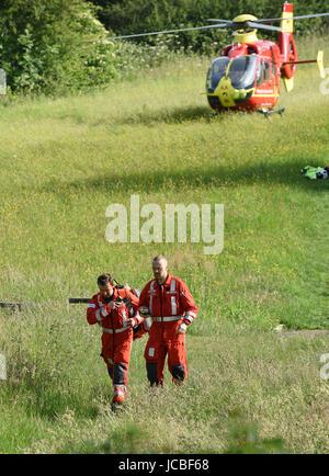 West Midlands Air Ambulance Médecin et paramédicaux, quitter l'hélicoptère pour trouver les victimes d'accident Banque D'Images