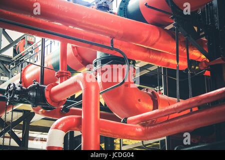 Divers mécanismes et les tuyaux en métal d'une usine industrielle Banque D'Images