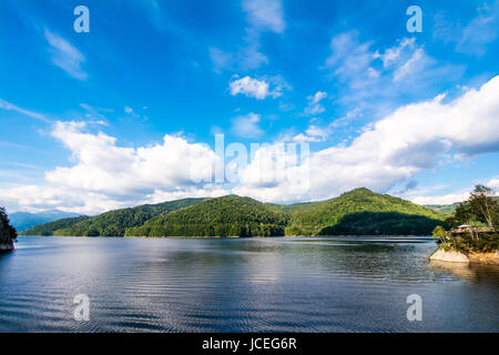 Vous pouvez facilement rejoindre le lac Vidraru en suivant la Transfagarasan Rode. Lac Vidraru a un air de 893 hectares et il est de 155 mètres de profondeur