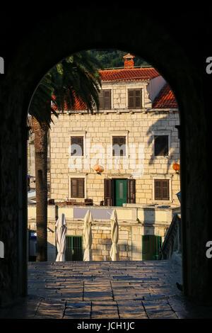 Voir par Kopnena Vrata (Land Gate) dans la vieille ville de Korcula, Croatie. Korcula est une ville historique fortifiée Banque D'Images