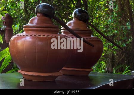 Fermé jusqu'en terre cuite traditionnel Thaï pour l'eau potable avec balancier sur table. Banque D'Images