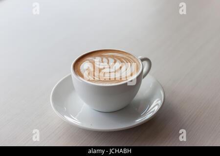 Tasse de café chaud sur la table de bois latté.temps libre. Détente en Thaïlande Banque D'Images
