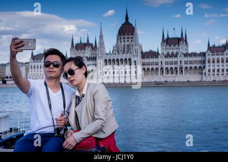 BUDAPEST, HONGRIE - AVRIL 16, 2016: avec le Parlement et les Selfies Danube Banque D'Images