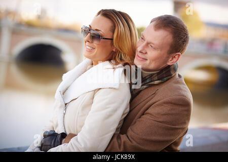 Serene couple dans des vêtements chauds à l'extérieur loisirs dépenses Banque D'Images