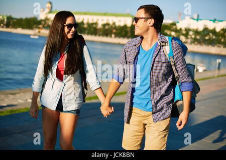 Couple amoureux avec des sacs à dos de loisirs de dépenses dans une ville Banque D'Images
