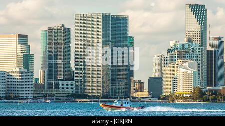 Bateau de la Garde côtière en face de l'horizon de Miami Florida USA Banque D'Images