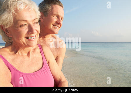 Senior Couple On Tropical Beach Appartement De Vacances Banque D'Images