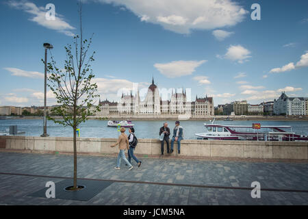 BUDAPEST, HONGRIE - AVRIL 16, 2016: Batthyany Square avec l'avis du Parlement Banque D'Images