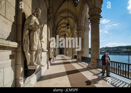 BUDAPEST, HONGRIE - AVRIL 16, 2016: l'entrée de la Bibliothèque du Parlement Banque D'Images