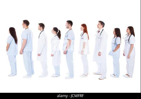 Grand groupe diversifié de personnel médical en uniformes blancs avec stéthoscope autour du cou debout dans une Banque D'Images