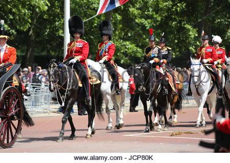 Londres, Royaume-Uni. 17 Juin, 2017. Le prince William, duc de Cambridge, et Anne, Princesse royale à cheval derrière le chariot de la Reine le long du Mall. 2017 La parade la couleur / Queen's Parade anniversaire dans le cadre du jubilé de Saphir Sa Majesté la Reine Elizabeth II. Credit: Katie Chan/Alamy Live News