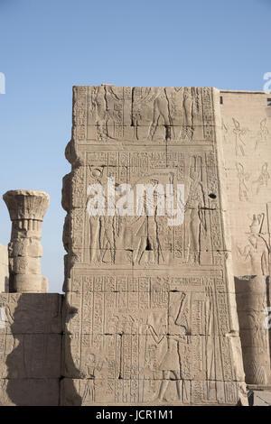 Vue partielle de Temple d'Edfou, c'est l'un des sanctuaires les mieux conservés en Egypte, dédié à Horus le dieu Banque D'Images