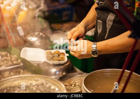 CHIANG MAI, THAÏLANDE - 27 août: préparer les palourdes à la vente à le marché du dimanche (walking street) Le Banque D'Images