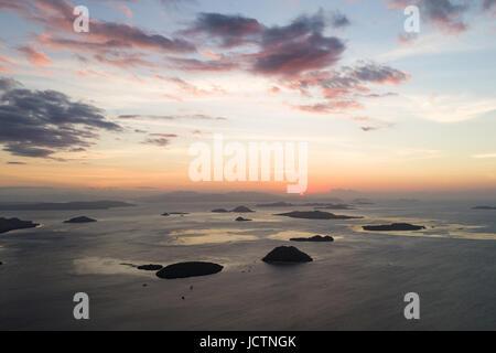 Vue aérienne de coucher de soleil sur le Parc National de Komodo à partir de l'île de Flores en Indonésie. Banque D'Images