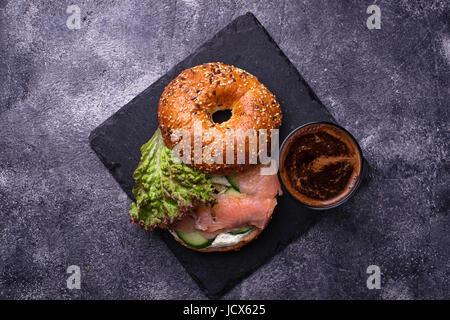 Bagels au saumon, fromage à la crème et de la laitue. Selective focus Banque D'Images