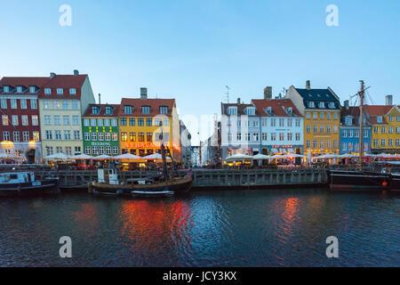 Copenhague, Danemark - 1 mai 2017: Nyhavn est un bâtiment du xviie siècle, au bord de canal et de divertissement à Copenhague, Danemark.