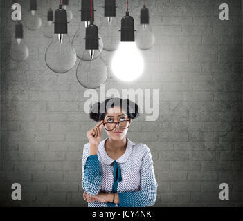 Businesswoman With glowing Light bulb Banque D'Images