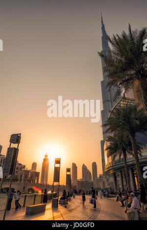 Eau/DUBAI - 14 SEP 2012 - Les gens de vous détendre sur les rues de Dubaï avec le coucher du soleil