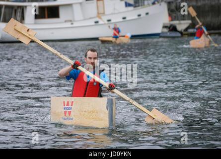 Vancouver, Canada. 17 Juin, 2017. Les palettes d'un concurrent sur l'eau au cours de la 20e Coupe de contreplaqué Banque D'Images