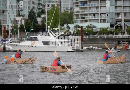 Vancouver, Canada. 17 Juin, 2017. Palette de concurrents sur l'eau au cours de la 20e Coupe de contreplaqué à Vancouver, Banque D'Images