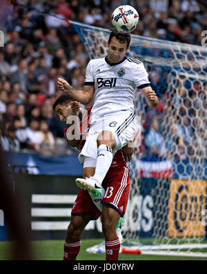 Vancouver, Canada. 17 Juin, 2017. Andrew Jacobson(top) de Vancouver Whitecaps FC rivalise avec Tesho Akindele FC Banque D'Images