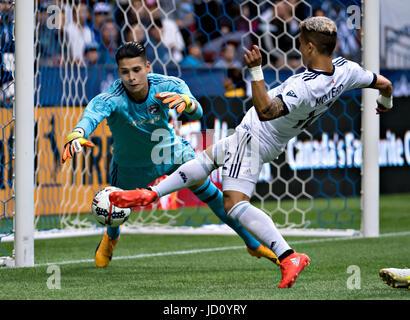 Vancouver, Canada. 17 Juin, 2017. Fredy Montero(R) de Vancouver Whitecaps FC rivalise avec FC Dallas' Jesse gardien Banque D'Images