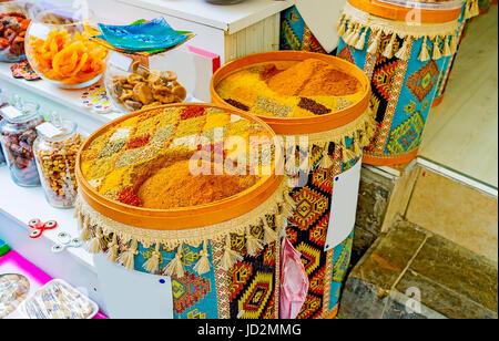 L'échoppe du Vieux Marché à Antalya propose de délicieux fruits secs et épices parfumées en grands sacs et boîtes, Banque D'Images