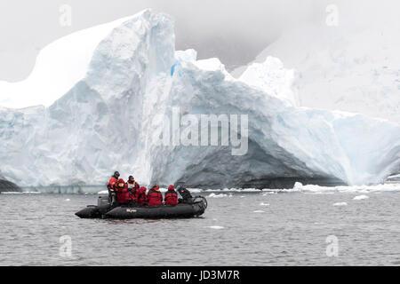 Bateau de croisière antarctique avec l'expédition Antarctique vue touristes paysage, péninsule antarctique. Banque D'Images