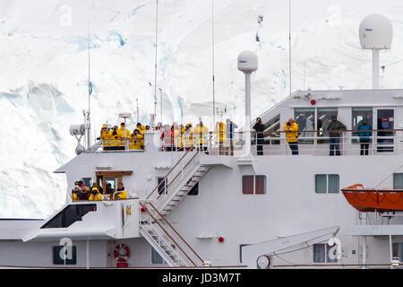 Bateau de croisière antarctique avec l'expédition Antarctique vue touristes paysage, péninsule antarctique.