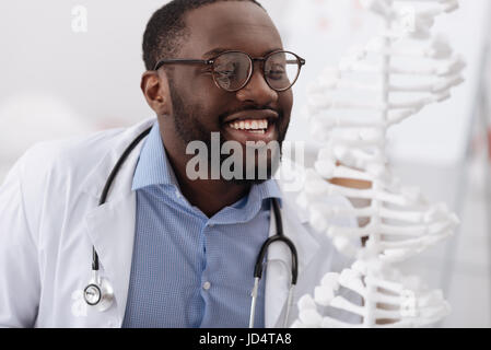 Heureux joyeux sourire scientifique